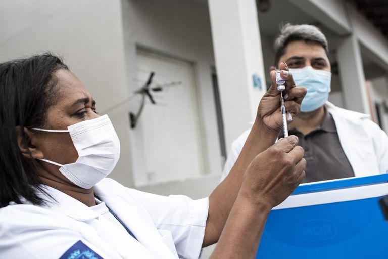 Una enfermera prepara una dosis de Pfizer durante una campaña de vacunación con tercera dosis en Río de Janeiro