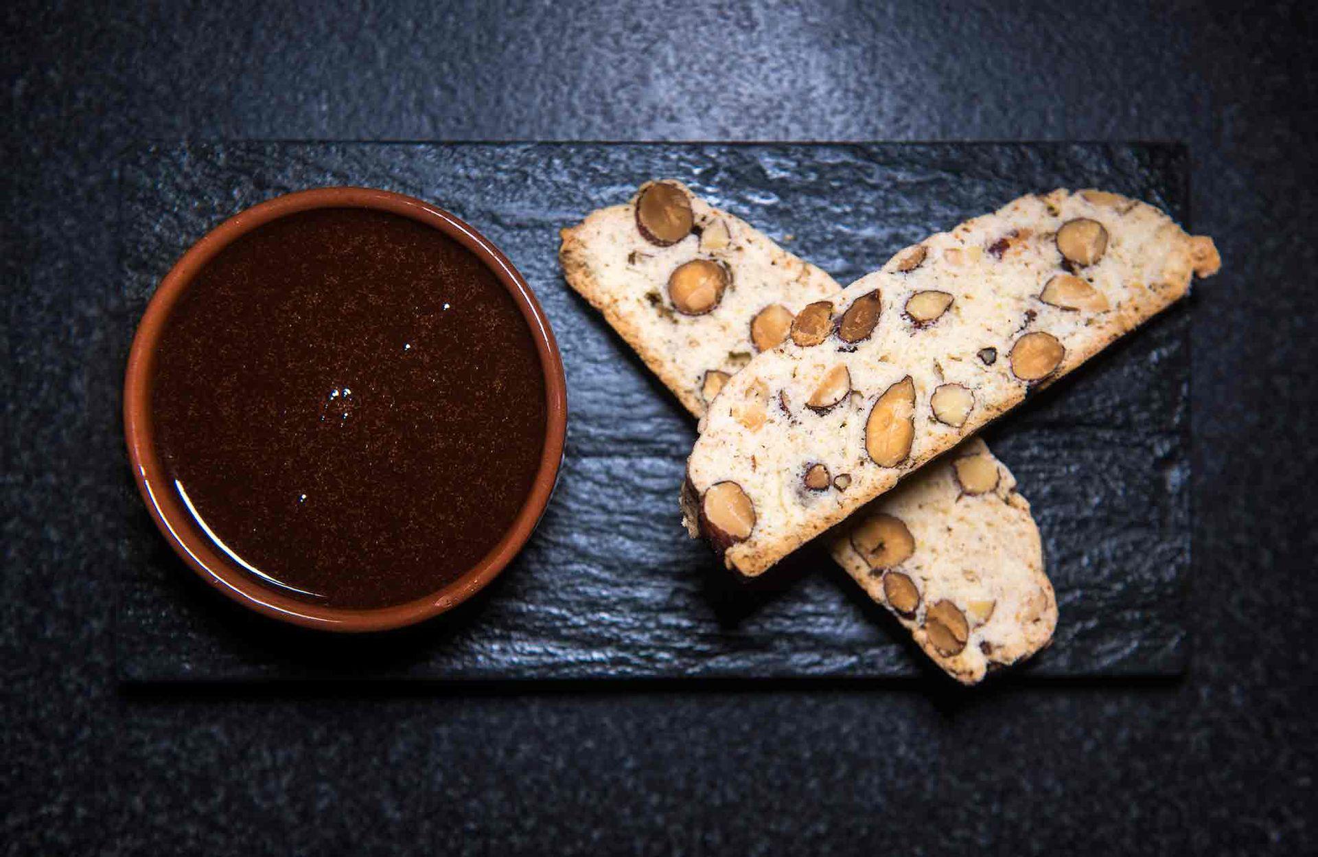 """""""Sopa"""" de chocolate amargo con licor de amaretto y biscotti, delicatessen de El Mercado."""