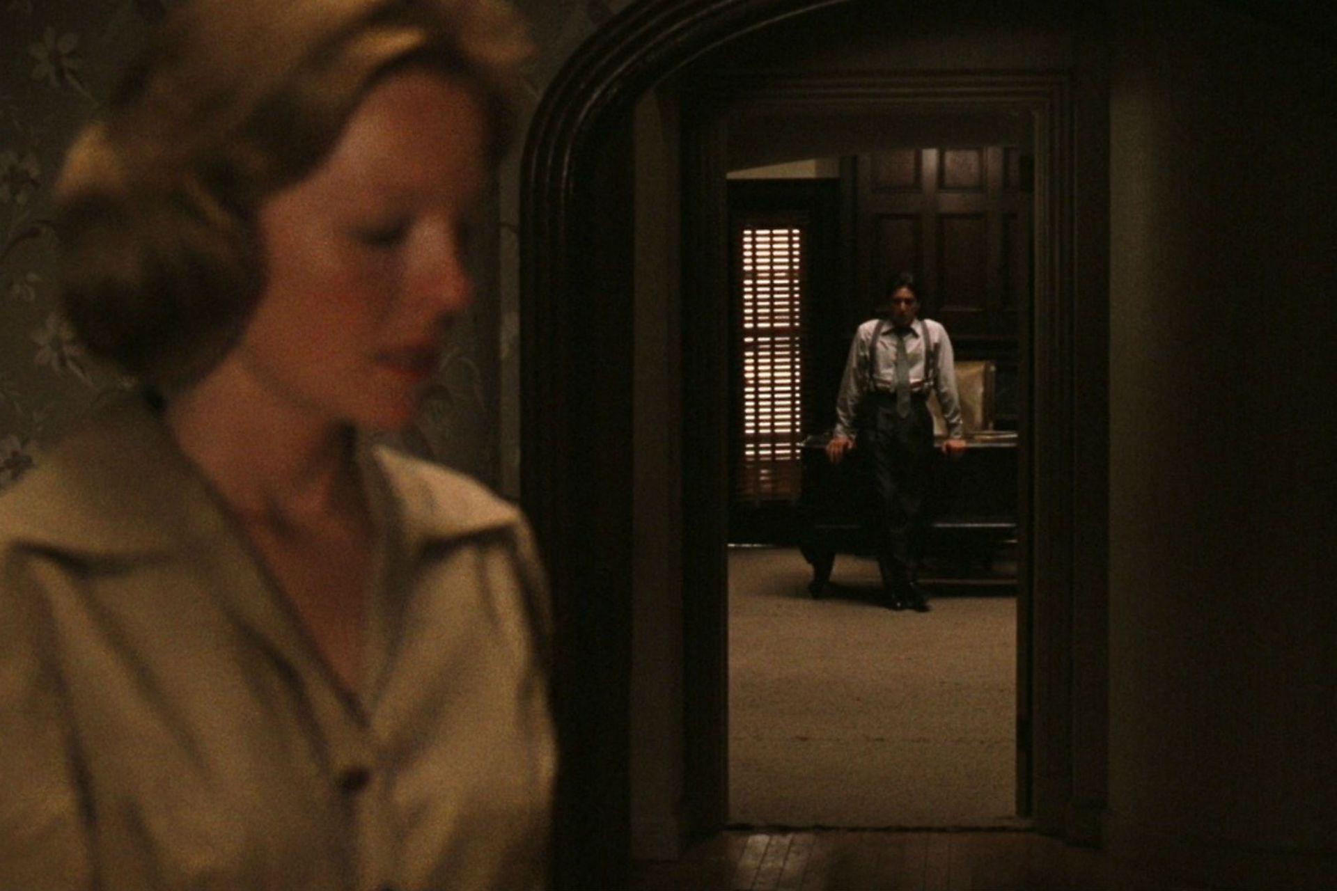 Una de las mejores secuencias del film, con fotografía de Gordon Willis: Michael (Al Pacino), es el nuevo Padrino, mientras Kay (Diane Keaton) queda fuera
