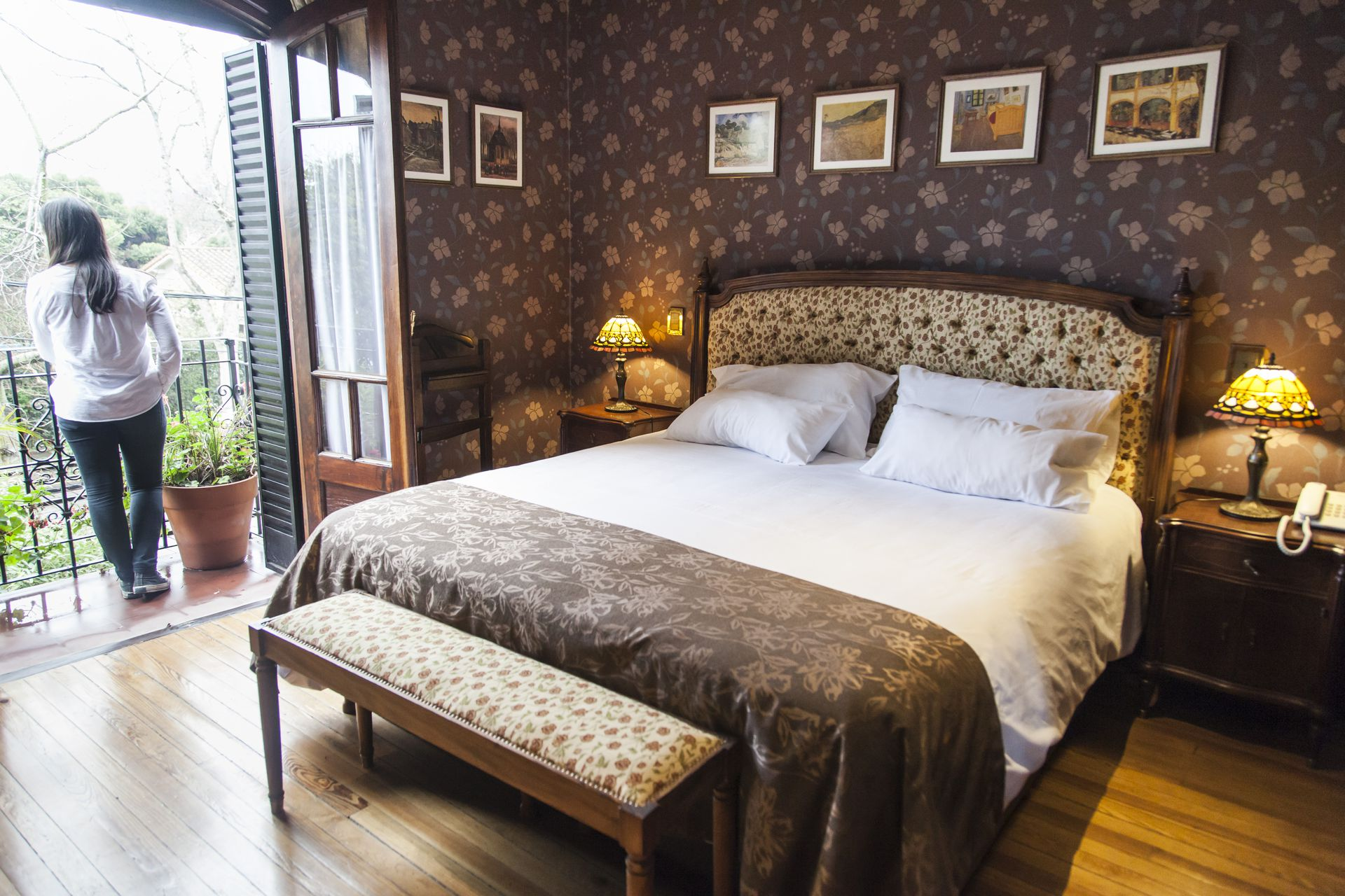Las habitaciones están decoradas con muebles antiguos reciclados y balconean sobre un lindísimo jardín.