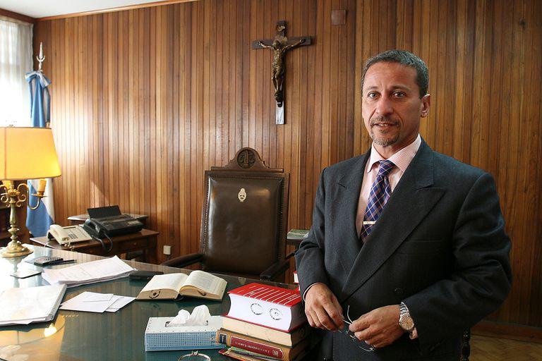 Bejas fue designado juez federal en 2010 por Cristina Kirchner; fue apoderado del PJ tucumano, sobreseyó al gobernador Manzur en una causa de enriquecimiento y fue abogado de Alperovich