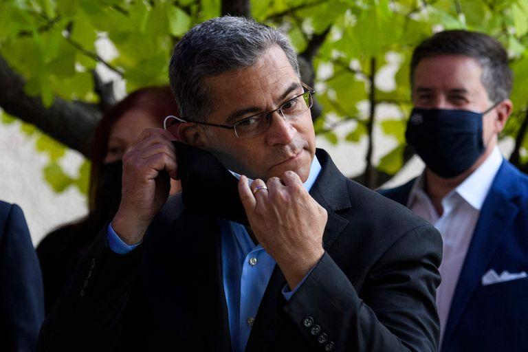 Xavier Becerra, secretario el Departamento de Salud norteamericano, se quita el barbijo al hablar con periodistas en Long Beach, California