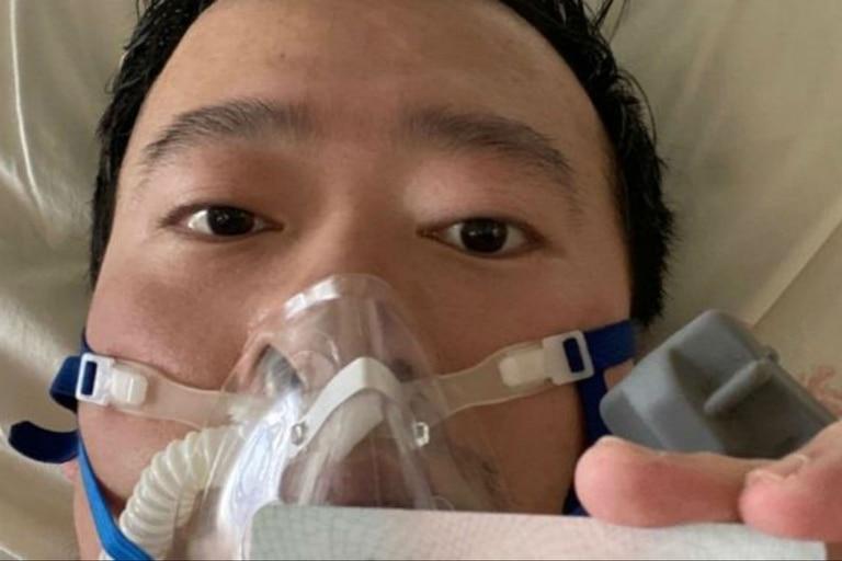 Li Wenliang publicó en las redes sociales una foto suya desde su cama en el hospital el 31 de enero. Al día siguiente fue diagnosticado con coronavirus