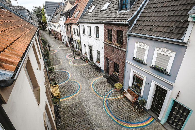 Los arcoíris, producidos por los niños como mensaje de esperanza, se usaron para el distanciamiento en Kempen, Alemania