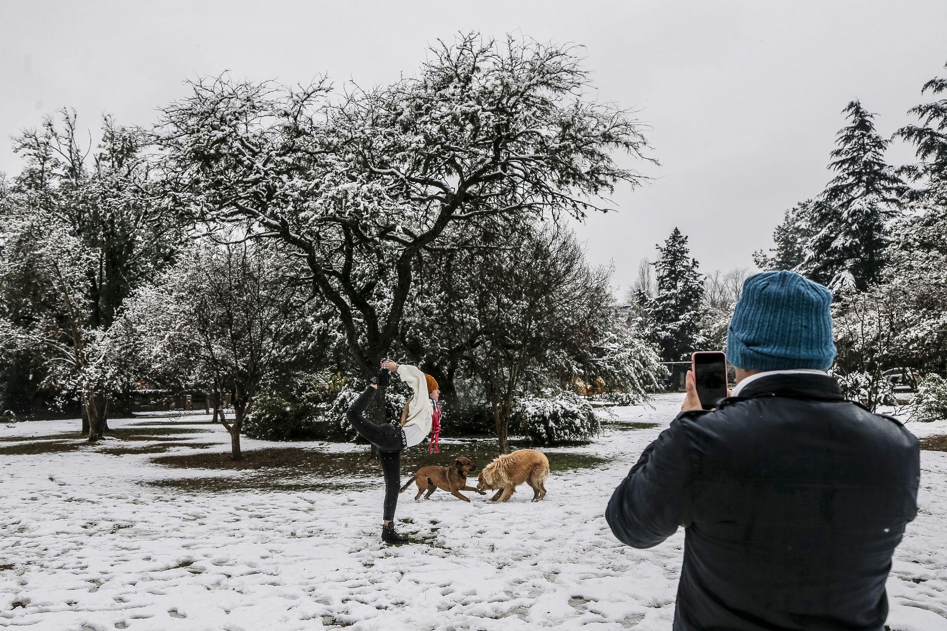 Tomando fotos para recordar la nevada en el Valle de Calamuchita en Villa General Belgrano, Córdoba