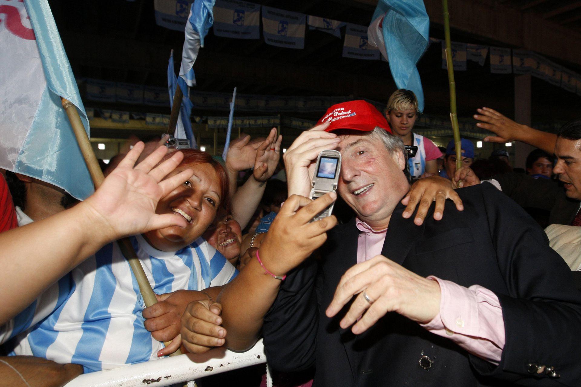 Acto por el Día del Militante Peronista, en el Mercado Concentrador de Jose C. Paz; lo encabezan el Intendente Mario Ishi, Daniel Scioli, gobernador de Buenos Aires, y Néstor Kirchner el 17 de noviembre de 2009