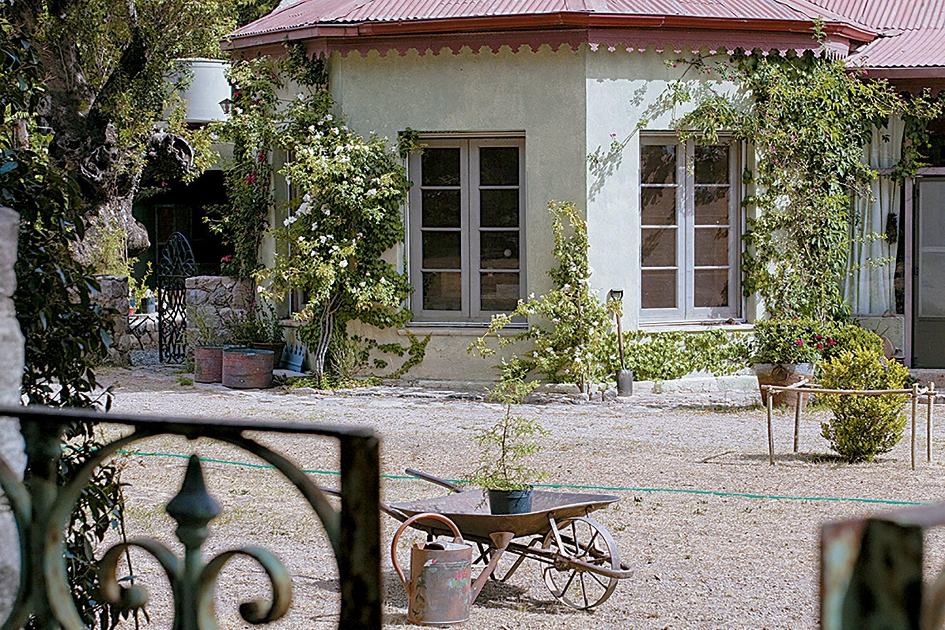 La fachada, anteriormente de un color amarillo pálido, fue cambiada por un verde seco inspirado en las plantas junto a la entrada.