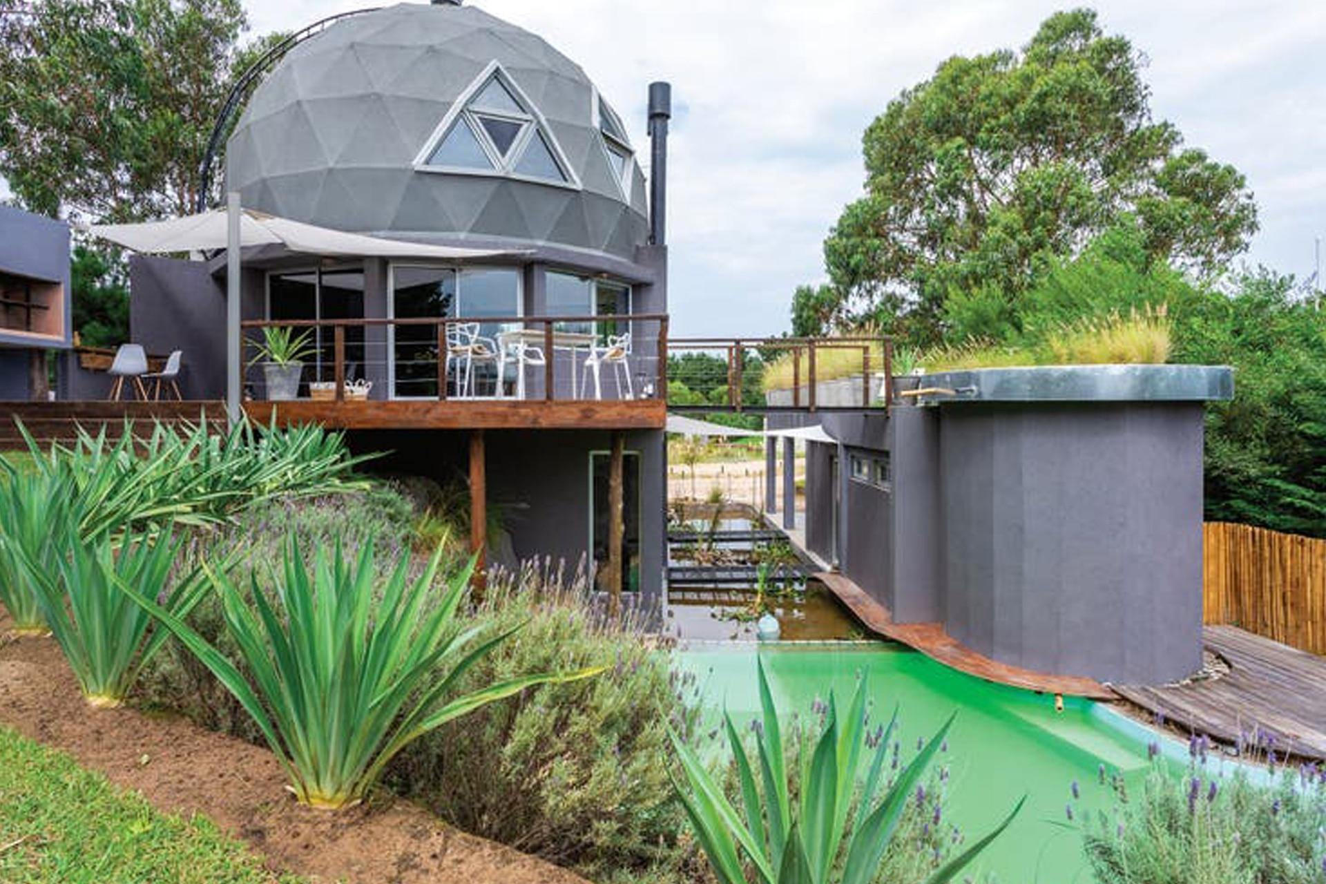 """""""La casa tiene tres sectores bien diferenciados: el volumen principal; otro semienterrado en el médano y el tercero, donde están las cocheras y el área de relax"""", explica el arquitecto Horacio Ghiorzi"""