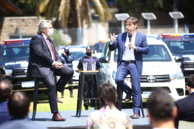 Alberto Fernández y Axel Kicillof, durante la presentación de nuevos móviles
