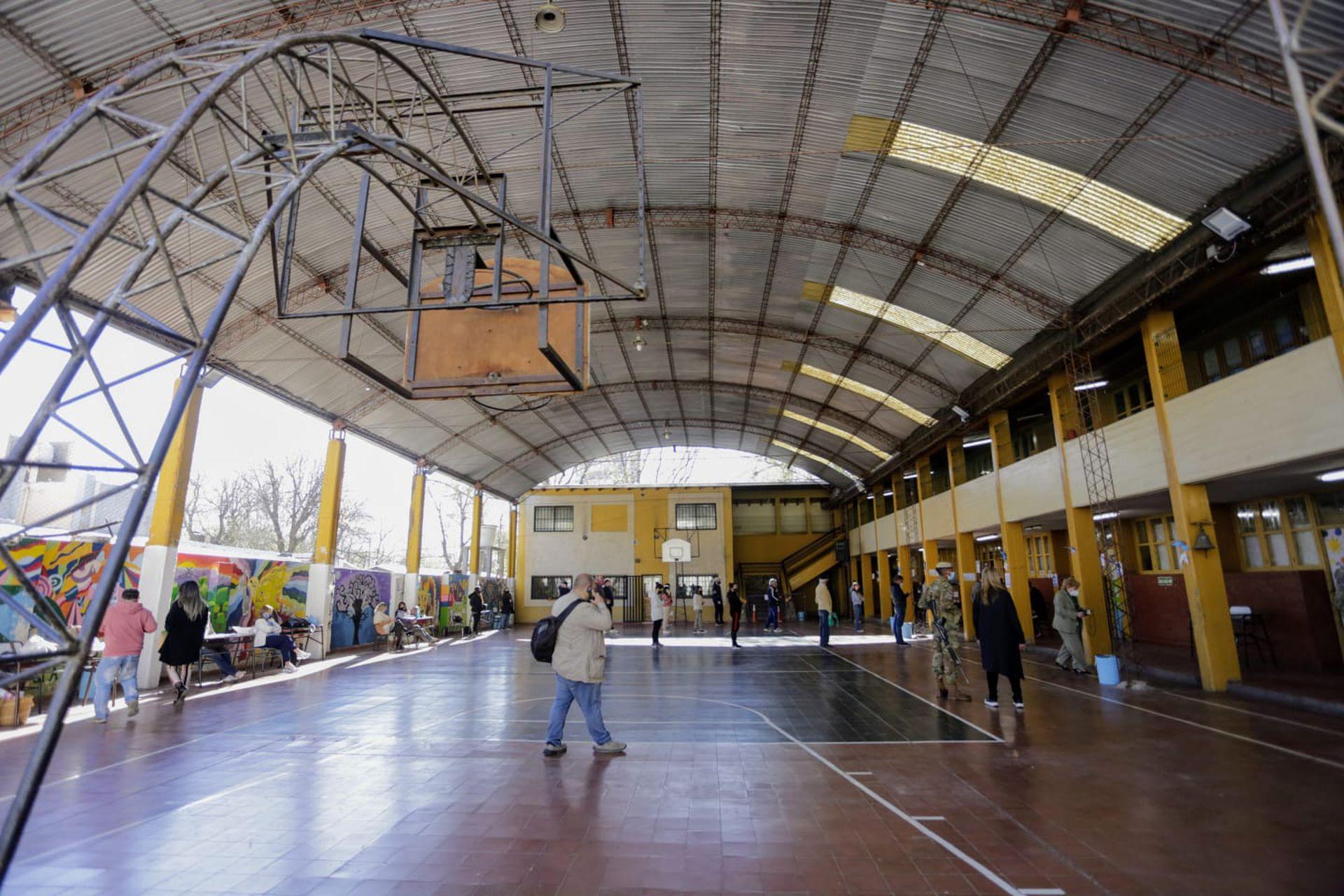 Jornada de las PASO en Mendoza. Exterior de la Escuela 1-108 Dr. Julio Lemos, de Godoy Cruz