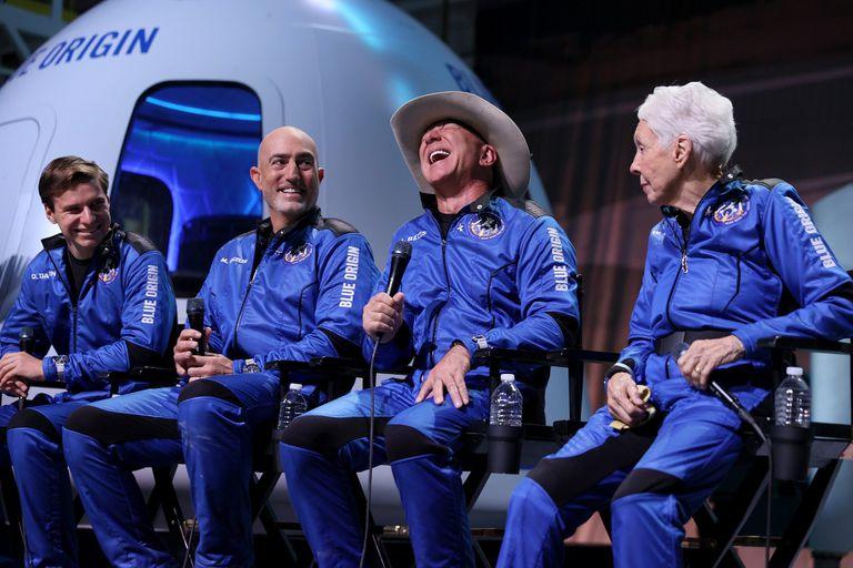 Jeff Bezos se mostró emocionado por su viaje al espacio durante la conferencia de prensa