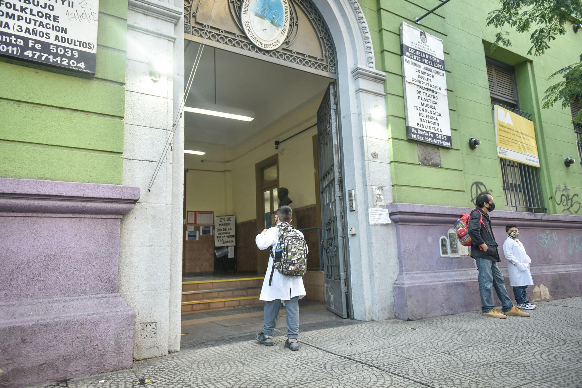 Finalmente, a las 8, Oliver entra a la escuela