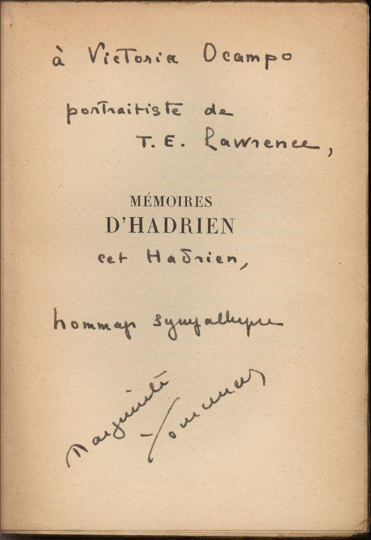 "Dedicatoria de Yourcenar a Victoria Ocampo en el ejemplar ""Mémoires d'hadrien"""