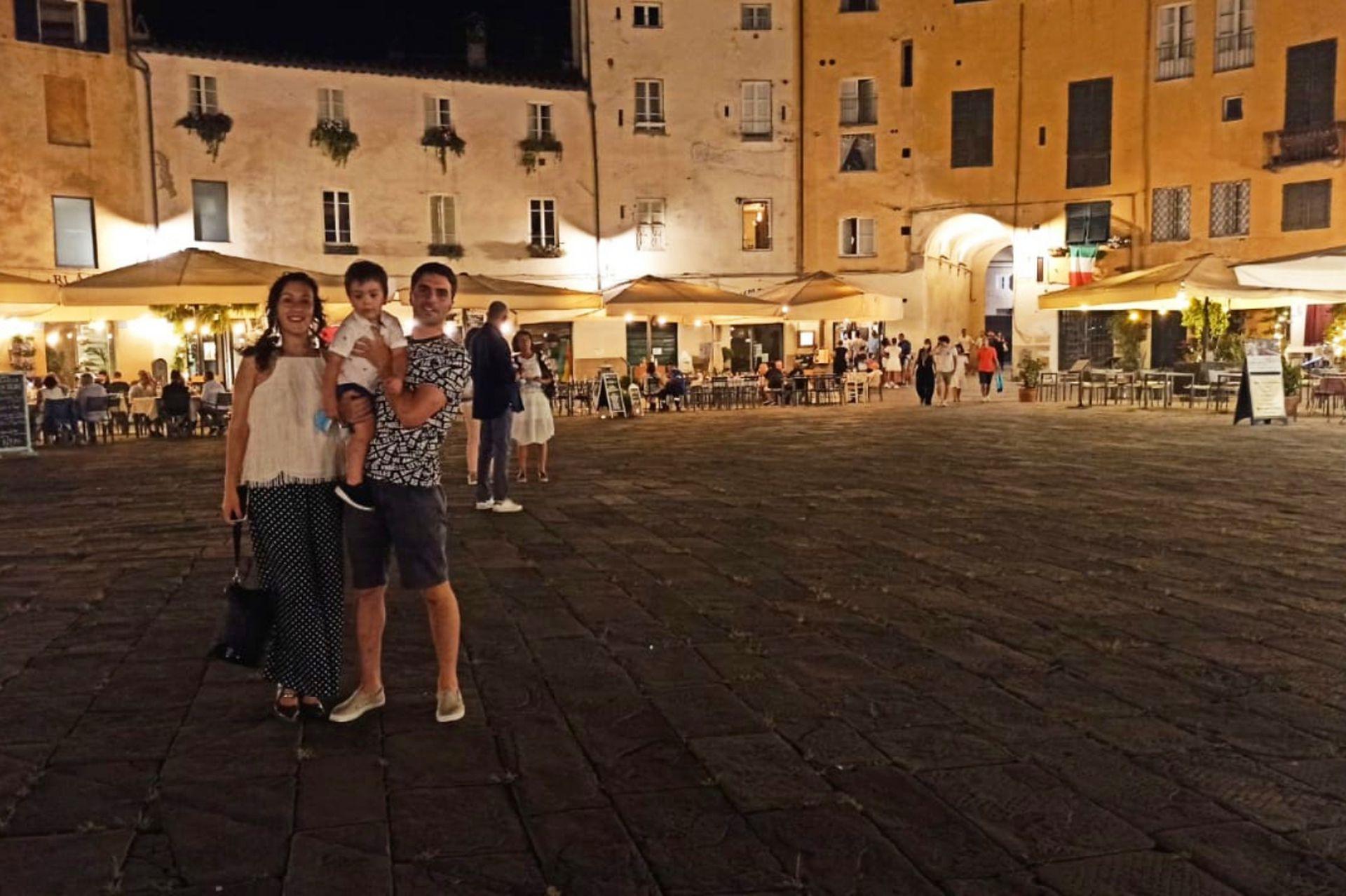 La familia en su nuevo lugar en el mundo. Lucca es la ciudad de varios compositores, entre ellos, Giacomo Puccini. En el casco antiguo se puede visitar un museo con fotos, manuscritos, libretos originales relacionados con su vida y la obra.