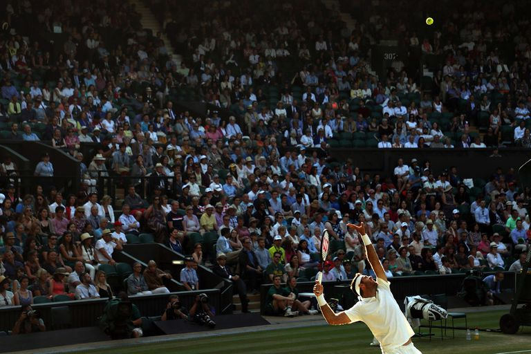 El movimiento de saque de Del Potro ante la atención de 15.000 espectadores en Wimbledon, en los cuartos de final de 2018.