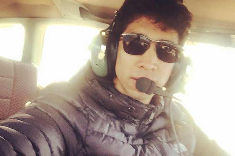 Lenard Ibáñez en una de las avionetas que piloteaba