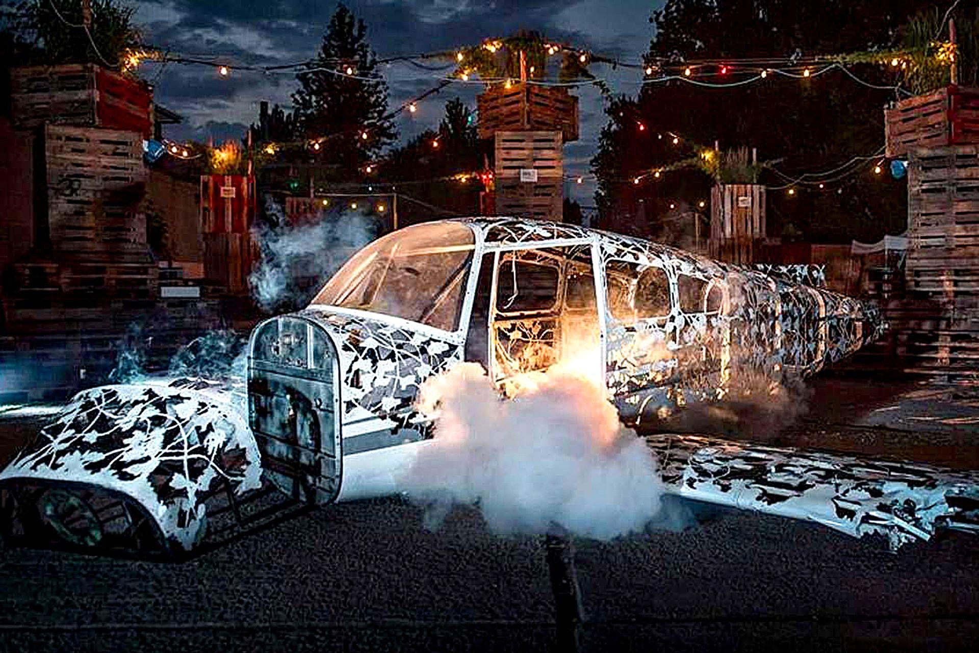 """""""Es un trabajo muy intenso, pero es lo que más disfruto"""" dice Rawlings. El artista talló un camión tanque de combustible, una aeronave pequeña, y una furgoneta para dejar solo un esqueleto de acero conformado por ramas y troncos de árboles"""