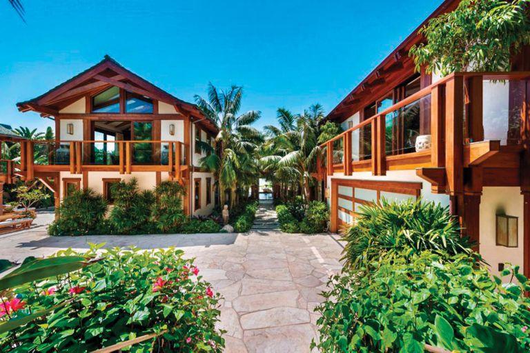 La mansión, de inspiración tailandesa, tiene acabados de madera teca y techos de cerámica verde. Además de la casa principal, hay una segunda propiedad para invitados, completamente equipada