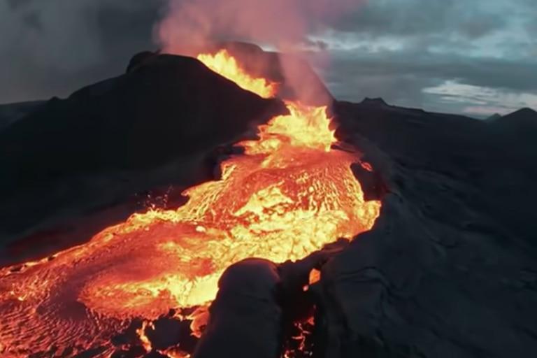 """Video: un drone registraba un volcán hasta que la lava lo """"devoró"""""""