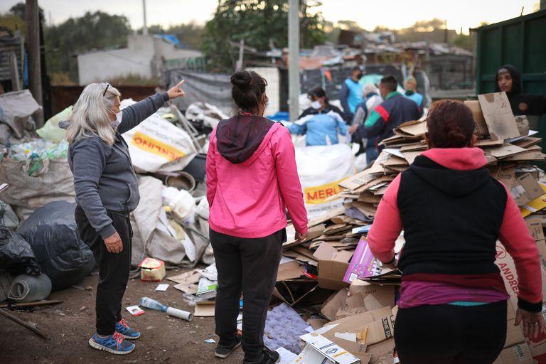 """Trabajadores de la cooperativa """"La Victoria"""" en su centro de acopio en el asentamiento La Favela"""