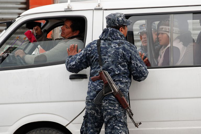 Los militares controlan la circulación de ciudadanos en El Alto, La Paz