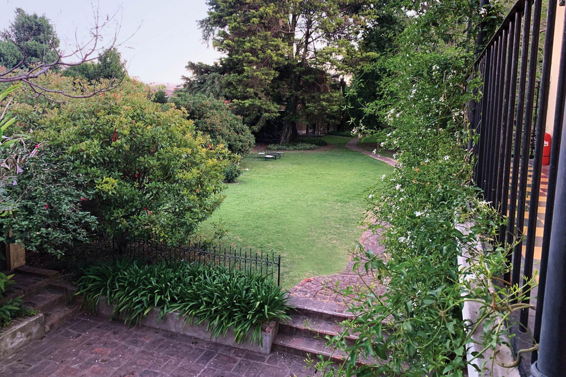 Mediante un cambio de nivel se accede al jardín trasero, en cuyo fondo se construyeron cuatro habitaciones más.