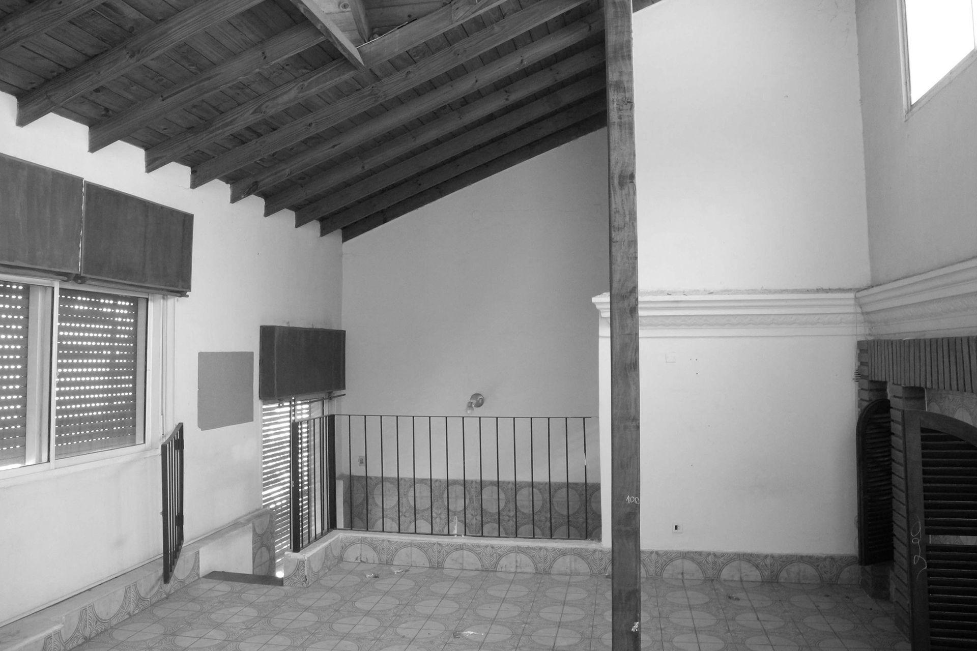ANTES: Ventanas chicas, baldosas cerámicas y escaleras con barandas de hierro.