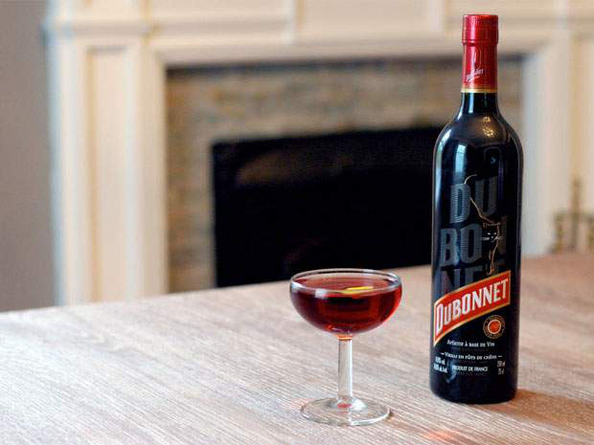 Dubonnet es un aperitivo elaborado en base a vino dulce fortificado con hierbas, especias y quinina
