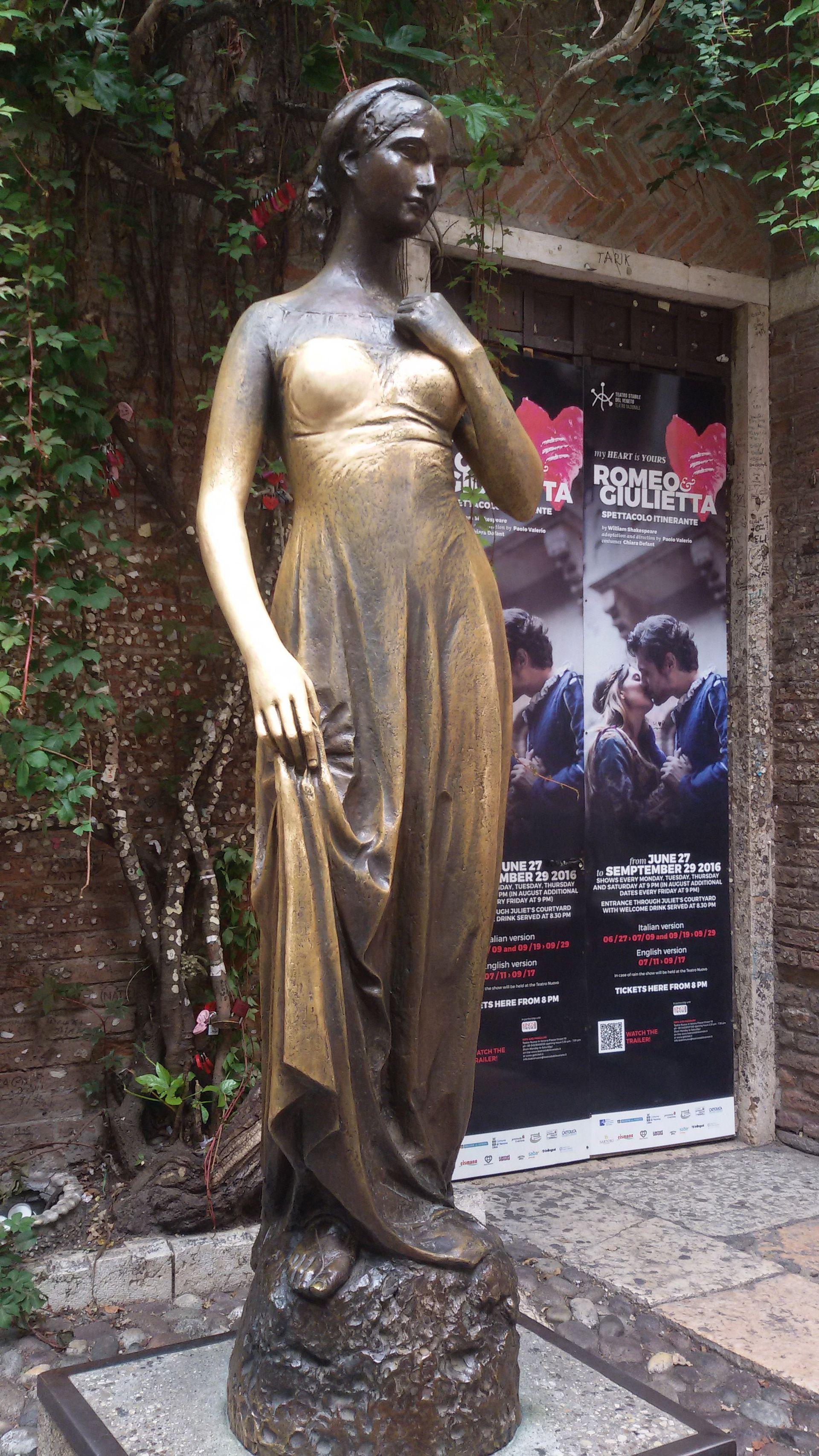 Estatua de Julieta  en la  casa  de Verona