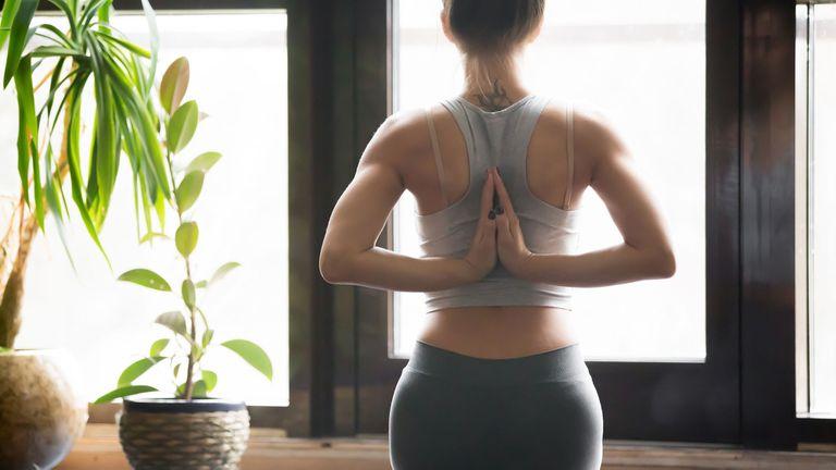El yoga aumenta la capacidad respiratoria, mejora la postura y modela el cuerpo