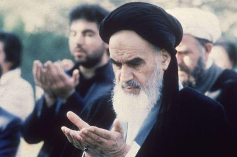 Rujola Jomeini se convirtió en un duro crítico del gobierno del sha y de las interferencias de los estadounidenses en la región.