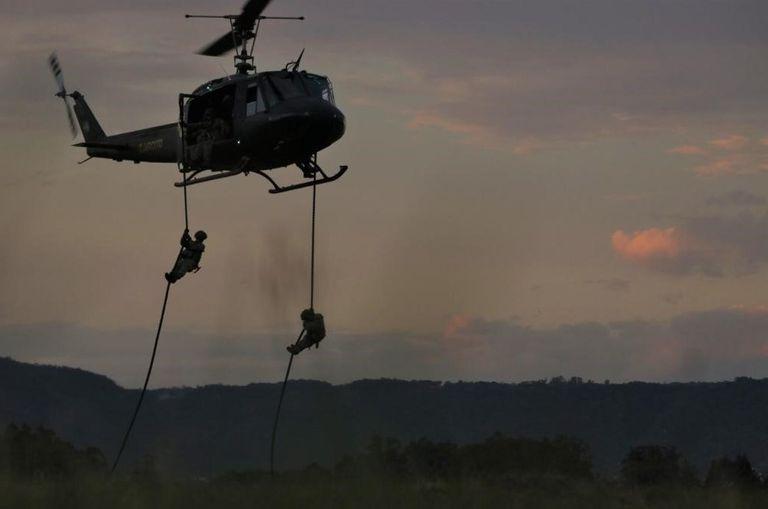 Prácticas de paracaidismo en el último ejercicio militar del Ejército Argentino con su par de Brasil