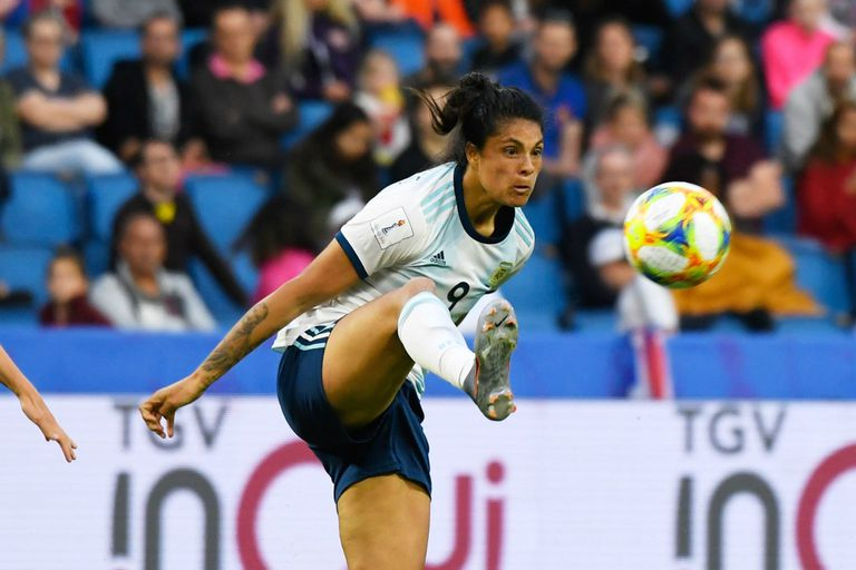 Soledad Jaimes debió debatirse como la única delantera en los dos primeros partidos