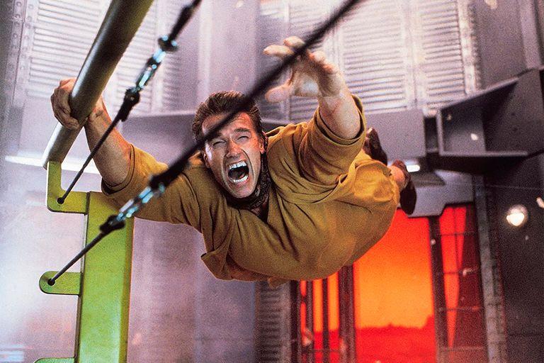 Schwarzenegger realizó muchas de las escenas de acción, prescindiendo en muchas ocasiones de los dobles de riesgo