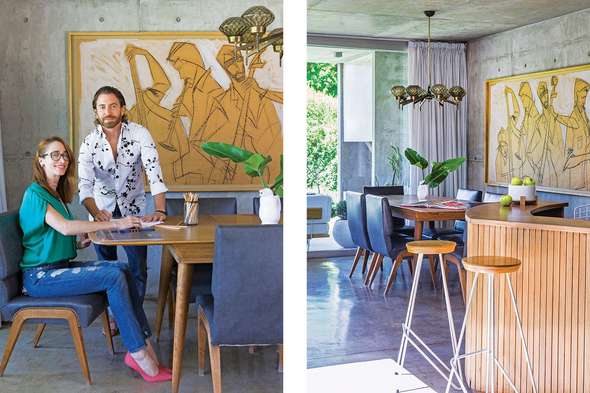 El juego de comedor escandinavo (El Santiagueño) es original de los años 60. Lámpara con tulipas de vidrio (Raresh Home). Detrás, la obra que los dueños de casa le encargaron al artista Federico Bacher. En la foto, Guillermo Roman y Carolina Banas.