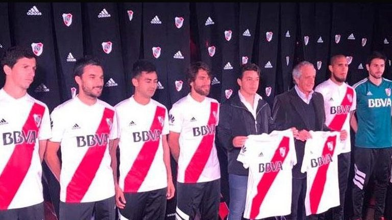 Los jugadores de River posan con la camiseta