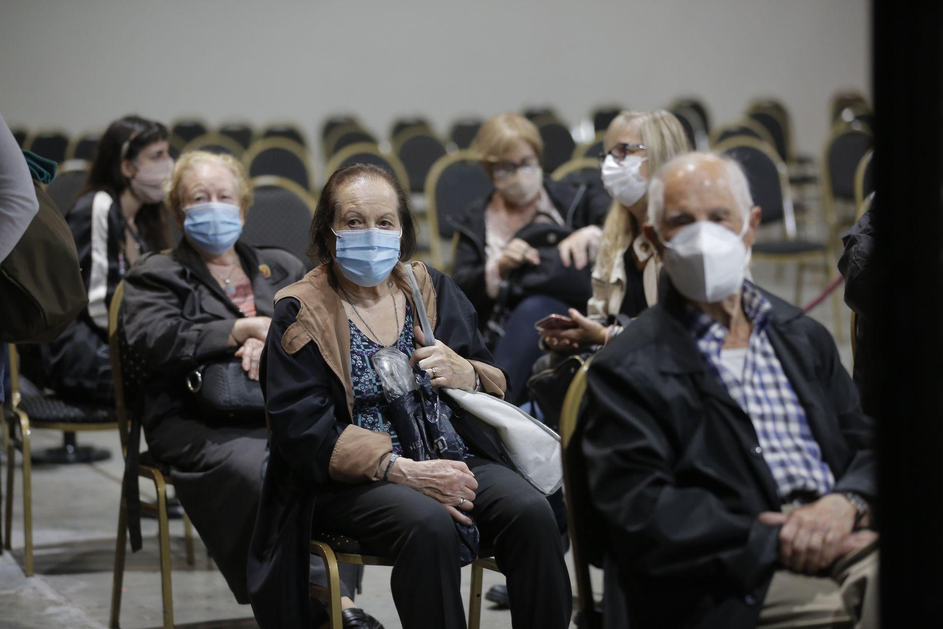 Si bien no se definió si existe la necesidad de una tercera dosis de la vacuna, las personas de edad avanzada pueden llegar a requerir un refuerzo