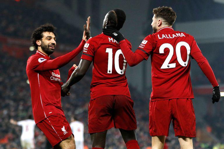 Festejo del líder: Salah, Mané y Lallana celebran el apretado triunfo de Liverpool.