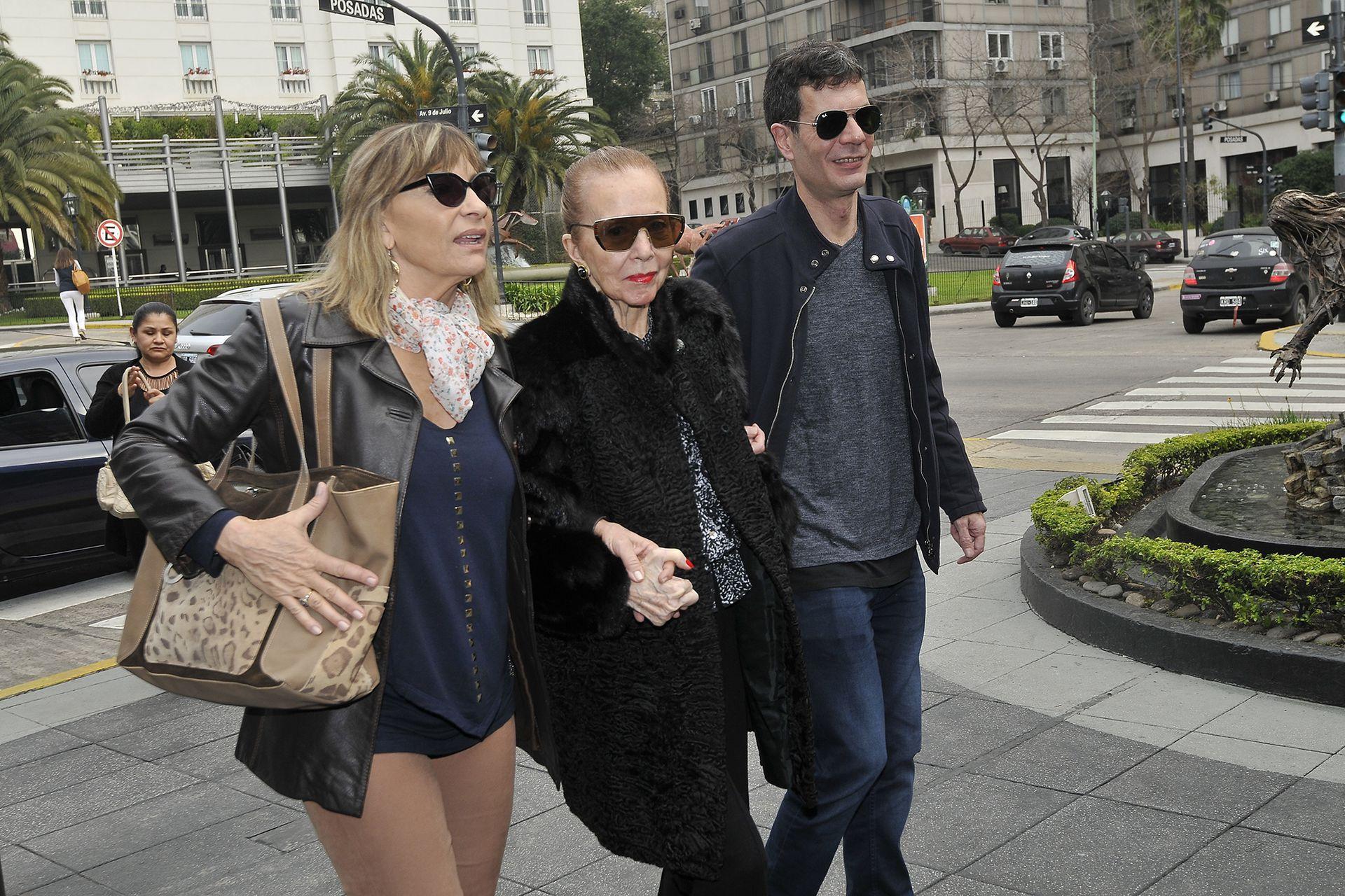 Pinky, junto a su hijo Gastón Satragno y una familiar cercana, en una de sus últimas apariciones públicas