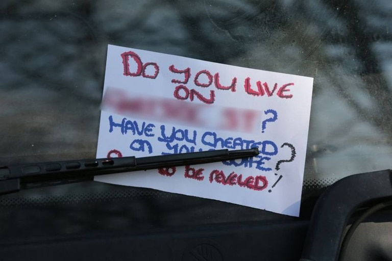 """Los avisos escritos a mano en papel de tamaño A4 daban cuenta de la existencia de un """"tramposo"""" en una zona de una ciudad ubicada en el Gran Mánchester"""