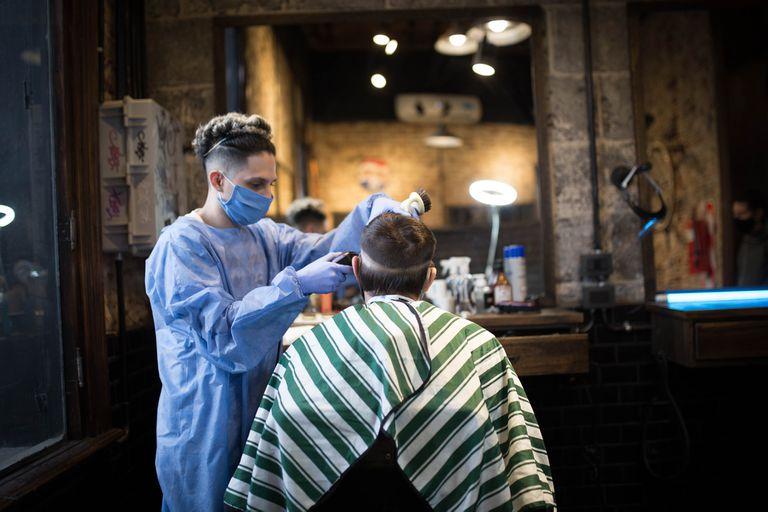 """Gonzalo (23) Peluquería: Negro Home. ¿Qué es lo que más extrañabas del local? """"Estar en contacto con la gente y cortar el pelo. Disfruto mucho mi trabajo""""."""