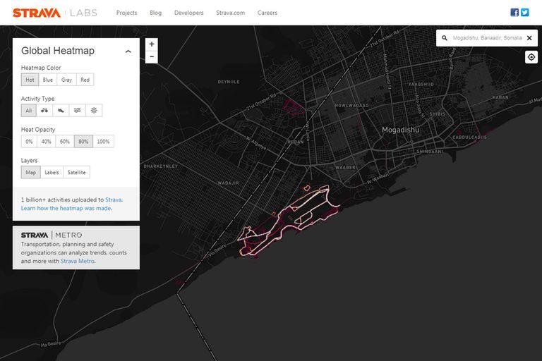 Así se ve la actividad física de los usuarios Strava en el aeropuerto de Mogadiscio, en una visualización que refleja las rutinas de running y bicicleta que podrían atribuirse a militares estadounidenses
