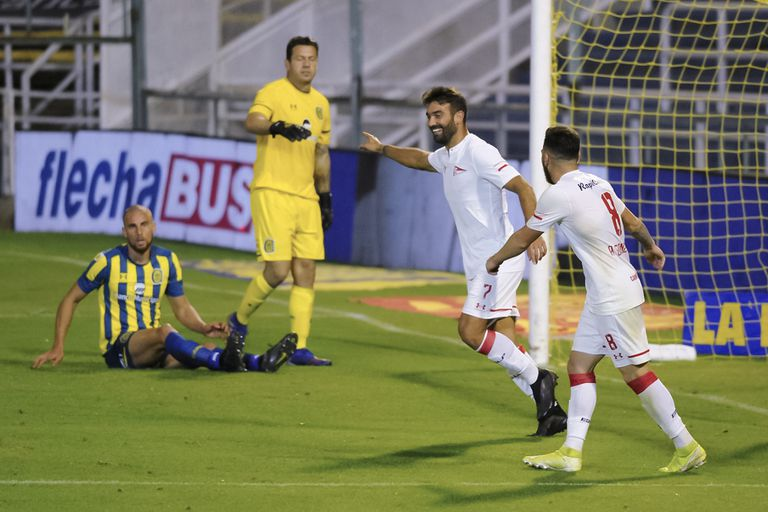 Martín Cauteruccio festeja un gol durante el partido que disputaron Rosario Central y Estudiantes de La Plata por la Copa Liga Profesional 2021