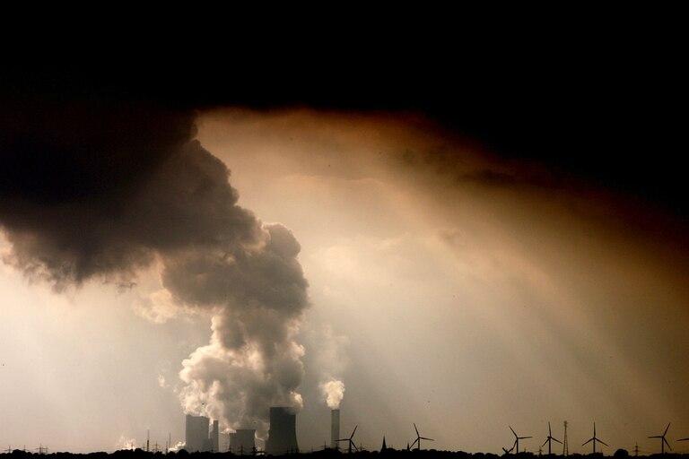 """Para el IPCC de la ONU, las emisiones de CO2 deberán caer en un 45% de aquí a 2030 para limitar el calentamiento a 1,5ºC, y el mundo deberá alcanzar en 2050 una """"neutralidad de carbono"""", es decir, que tendrá que dejar de emitir más CO2 del que se retira de la atmósfera"""