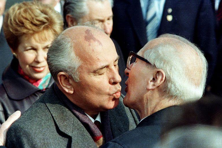 Mikhail Gorbachov es recibido por el líder de Alemania Oriental Erich Honecker con un sobrio beso en las mejillas