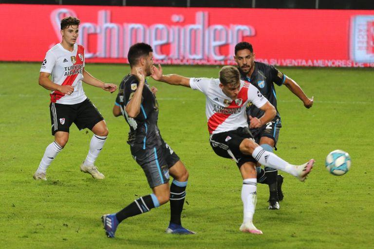 Gol de goleador: Girotti remata mordido, pero la pelota entrará al arco de Atlético Tucumán. El delantero empieza a sumar minutos con Gallardo.