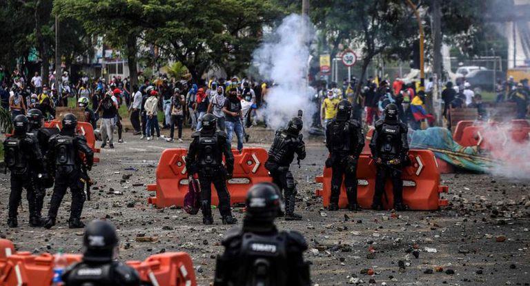 Tensión y violencia: qué pasa en la crisis en Colombia que arrincona a Duque