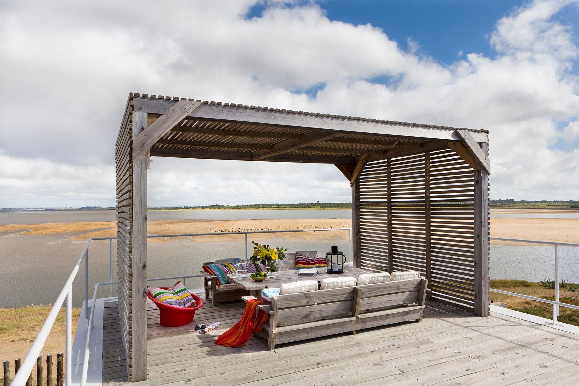 La terraza está rematada por una pérgola de pino tratado para contemplar uno de los atardeceres más lindos del mundo.