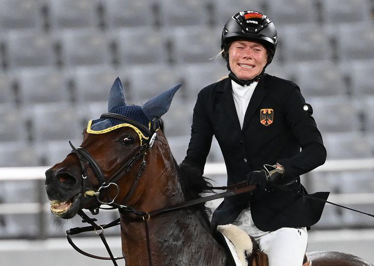 La angustia de Annika Schleu, de Alemania, tras su descalificación. Su caballo se había negado a saltar varias veces y una asistente le pegó.