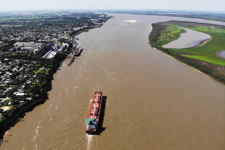 Hidrovía Desde los puertos de Santa Fe, la autopista fluvial es el canal principal por donde transita el comercio exterior de la argentina